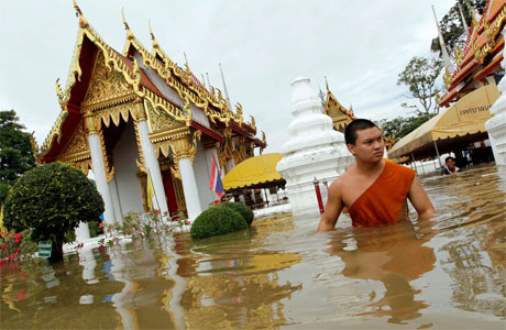 temples-flooded-in-thailand-data